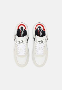 Tommy Jeans - ICONIC FLATFORM - Sneakersy niskie - white - 5