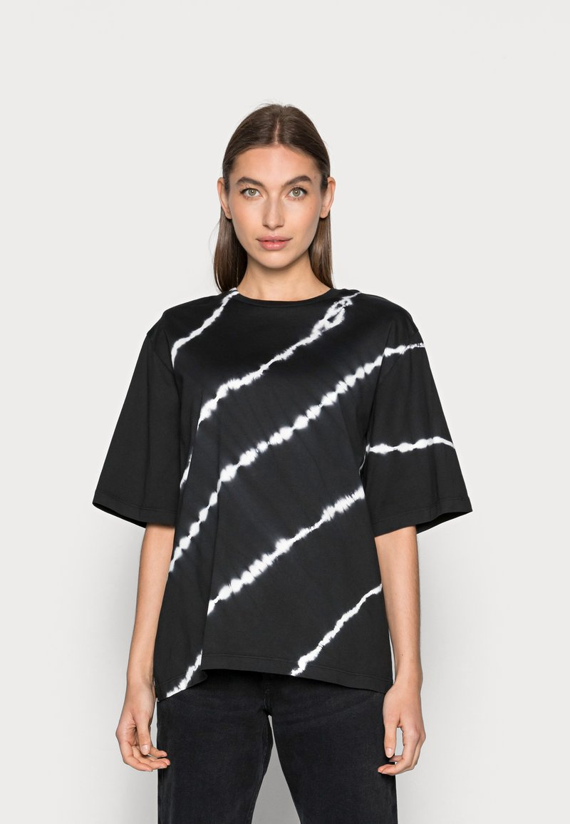 JUST FEMALE - BECKER TEE TIEDYE - Print T-shirt - black
