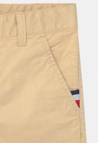 Tommy Hilfiger - ESSENTIAL FLEX - Shorts - misty beige - 2