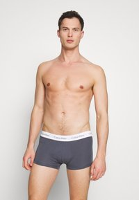 Calvin Klein Underwear - LOW RISE TRUNK 3 PACK - Shorty - khaki - 3