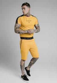 SIKSILK - RAGLAN EXHIBIT GYM TEE - Camiseta estampada - yellow - 1