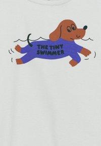 TINYCOTTONS - SWIMMER BABY RELAXED TEE UNISEX - Print T-shirt - light blue grey/iris blue - 2