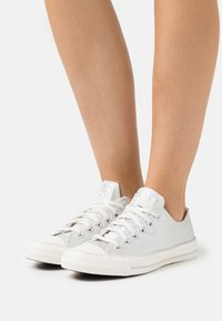 Converse - CHUCK TAYLOR ALL STAR - Sneakersy niskie - egret/silver - 0