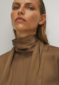 Massimo Dutti - WITH TIE DETAIL - Blouse - brown - 6