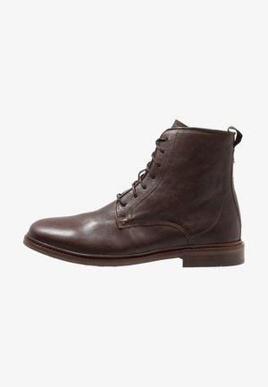 NED - Šněrovací kotníkové boty - brown