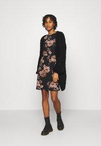 ONLY - ONLELCOS EMMA ELASTIC DRESS - Pletené šaty - black - 1