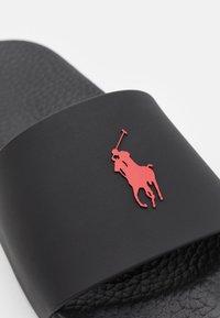 Polo Ralph Lauren - SLIDE UNISEX - Matalakantaiset pistokkaat - black/red - 5
