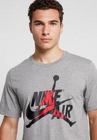 Jordan - CLASSICS  CREW - T-shirt med print - carbon heather/gym red - 4