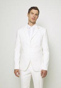 Isaac Dewhirst - WHITE WEDDING SLIM FIT SUIT - Kostym - white - 2