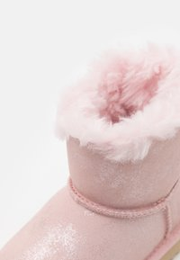 UGG - MINI BAILEY BOW SHIMMER - Bottines - pink cloud - 5