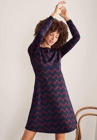 Boden - ANNIE  - Jersey dress - navy/rubinrot, einfarbiges zickzackmuster - 1