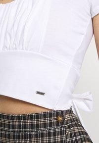 Hollister Co. - CROP RUCHED BUST BACK TIE - Camiseta estampada - white - 3