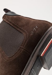 Tommy Hilfiger - SIGNATURE CHELSEA - Stiefelette - brown - 5