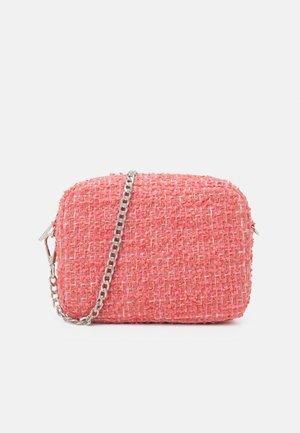 FLUFSY PICA BAG - Across body bag - georgia peach
