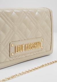 Love Moschino - Umhängetasche - ivory - 6