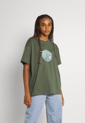 ENKULLA TEE - T-shirts med print - dark green