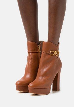 SADORA - Kotníkové boty na platformě - braun