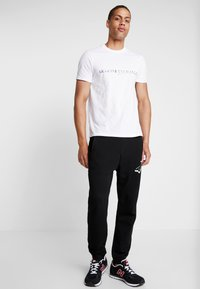 Armani Exchange - T-shirt med print - white