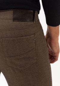BRAX - STYLE CADIZ C - Trousers - toffee - 4