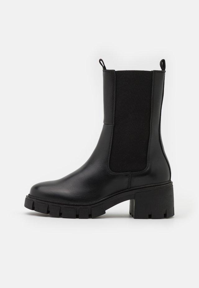 VMRIKKO BOOT - Enkellaarsjes met plateauzool - black