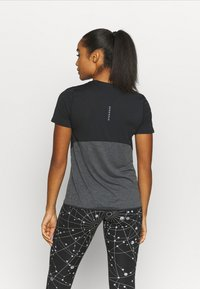 Nike Performance - RUNWAY CORE - T-shirts med print - black/particle grey/silver - 2