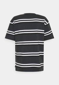 Nike SB - TEE STRIPE UNISEX - Print T-shirt - smoke grey - 1