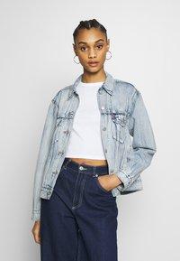Levi's® - EX-BOYFRIEND TRUCKER - Denim jacket - extra-ordinary - 0