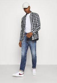 Calvin Klein Jeans - SLIM TAPER - Zúžené džíny - denim medium - 1