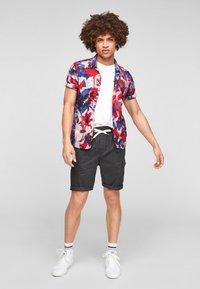 Q/S designed by - REGULAR FIT - Shorts - dark grey - 1