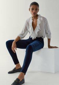 Massimo Dutti - MIT HOHEM BUND - Jeans Skinny Fit - blue-black denim - 1