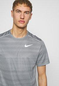 Nike Performance - DRY MILER - Camiseta estampada - smoke grey/reflective silver - 3