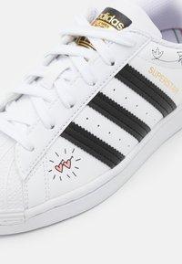 adidas Originals - SUPERSTAR - Zapatillas - footwear white/core black/gold metallic - 5