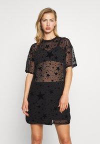 Missguided - FESTIVAL EXCLUSIVE STAR FLOCK OVERSIZED T SHIRT DRESS - Denní šaty - black - 0