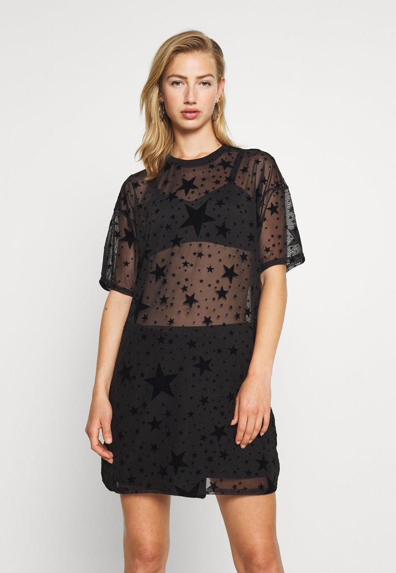 Missguided - FESTIVAL EXCLUSIVE STAR FLOCK OVERSIZED T SHIRT DRESS - Denní šaty - black