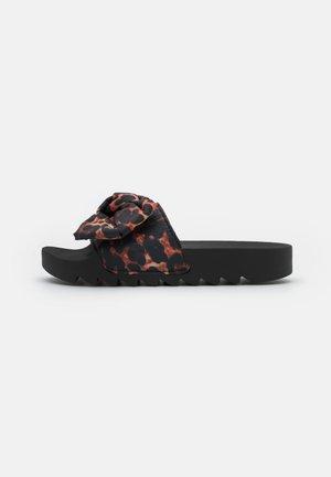 SLIDE PRINTED BOW - Pantofle - black/brown