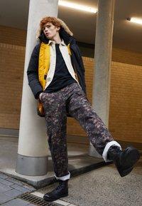 Levi's® - Pantaloni cargo - spodumeme - 4