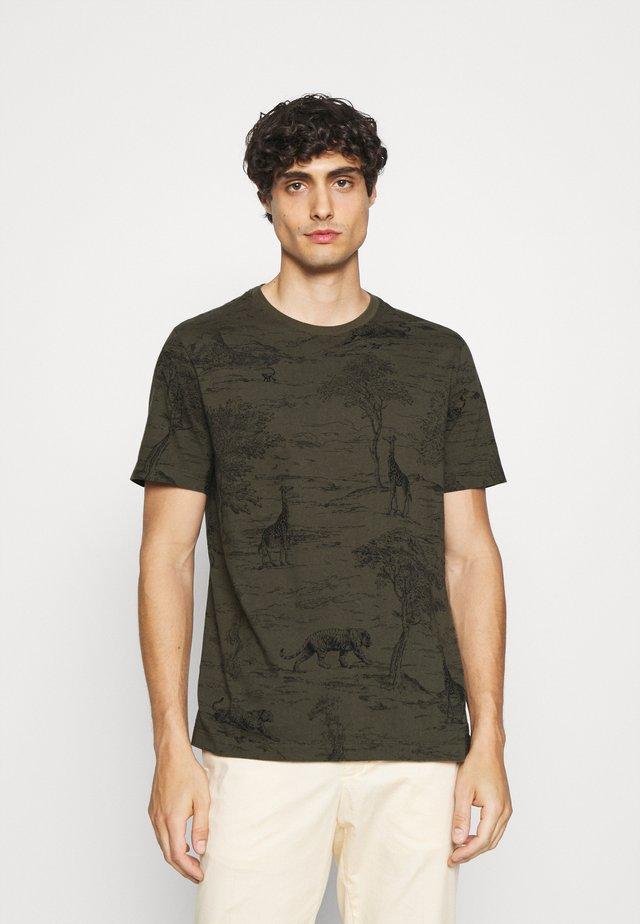 ALLOVER SAFARI GRAPHIC TEE - Camiseta estampada - cargo green