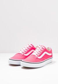 Vans - OLD SKOOL - Trainers - knockout pink/true white - 4