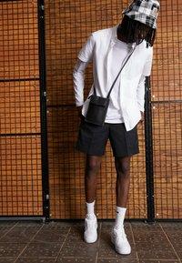 Nike Sportswear - AF1-TYPE SP20 - Sneakersy niskie - white/black - 2