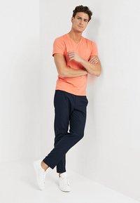GANT - THE ORIGINAL SLIM V NECK - T-shirt - bas - coral orange - 1