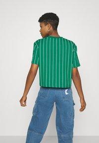 Karl Kani - SIGNATURE PINSTRIPE TEE - Print T-shirt - green - 2