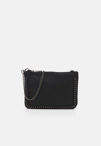 ONLELLIE CHAIN CLUTCH - Across body bag - black