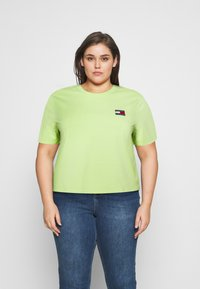 Tommy Jeans Curve - BADGE TEE - T-shirts med print - faded lime - 0