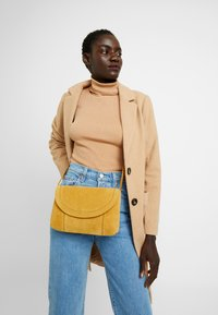 Even&Odd - LEATHER - Across body bag - mustard - 1