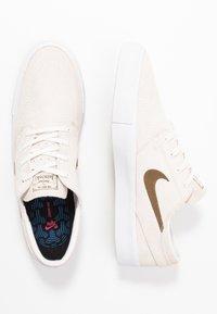 Nike SB - ZOOM JANOSKI UNISEX - Trainers - sail/yukon brown/light orewood brown/black - 3