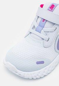 Nike Performance - REVOLUTION 5 UNISEX - Hardloopschoenen neutraal - football grey/purple pulse/fireberry/white - 5