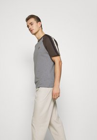 Lyle & Scott - COLOUR BLOCK - T-shirt - bas - mid grey marl - 3