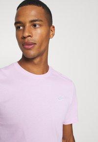 Nike Sportswear - CLUB TEE - T-shirt - bas - light arctic pink/white - 4