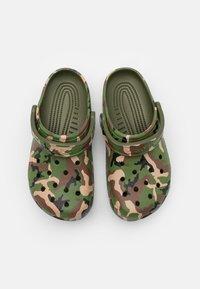 Crocs - CLASSIC UNISEX - Mules - army green/multicolor - 3