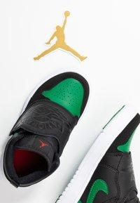 Jordan - SKY 1 UNISEX - Basketball shoes - black/pine green/gym red - 6